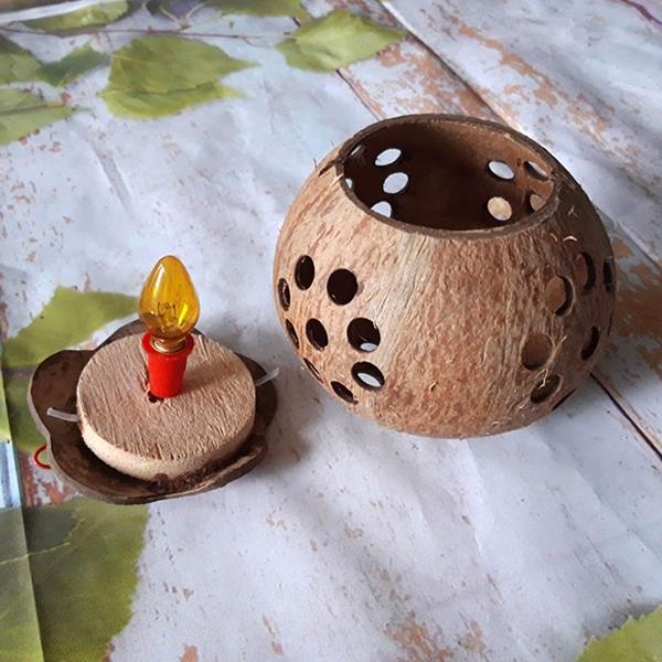 Đèn treo trang trí bằng gáo dừa sử dụng bóng đèn vàng